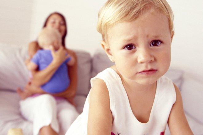 Мамочкам на заметку: причины и признаки ревности старшего ребенка к младшему