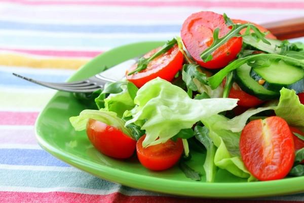 Почему нельзя смешивать огурцы и помидоры в салате