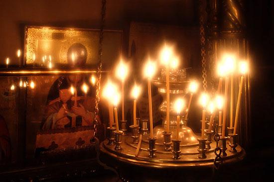 К чему трещит церковная свеча