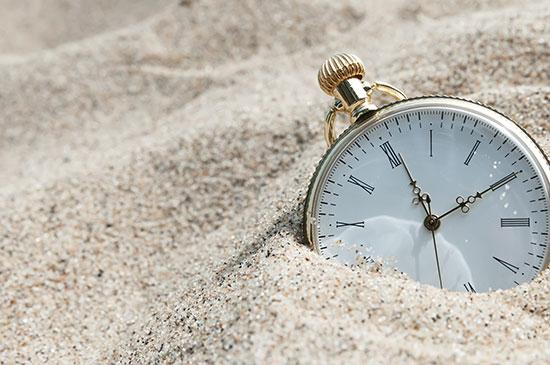 часы упали в песок