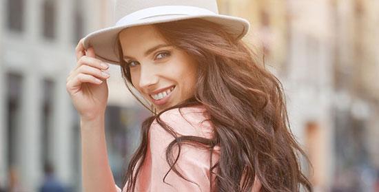 девушка в серой шляпе