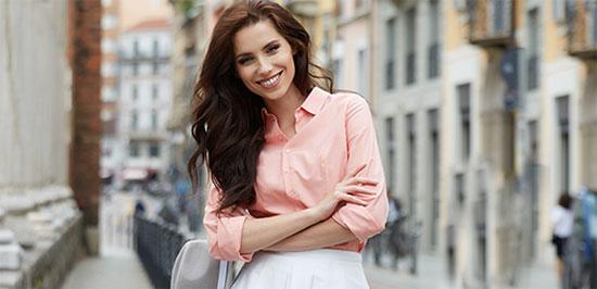 девушка в розовой блузке