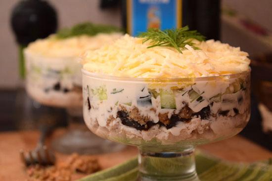 коктейльный салат с курицей, черносливом и цитрусами