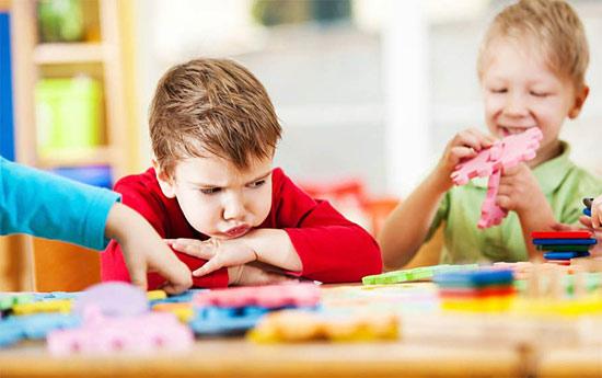 Как быть, если ребенку не интересно с детьми его возраста