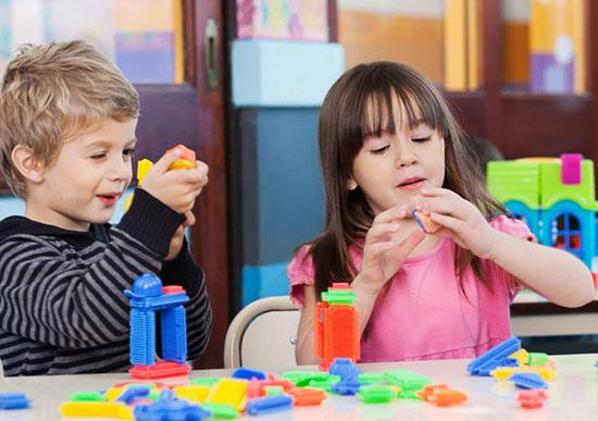 дети играют