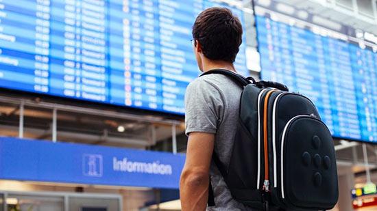 путешественник в аэропорту