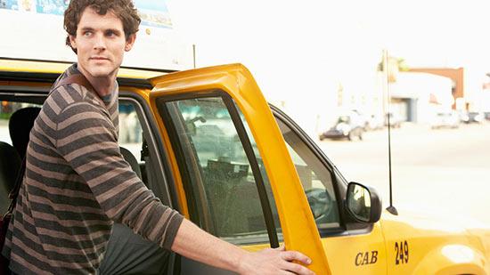 путешественник в такси