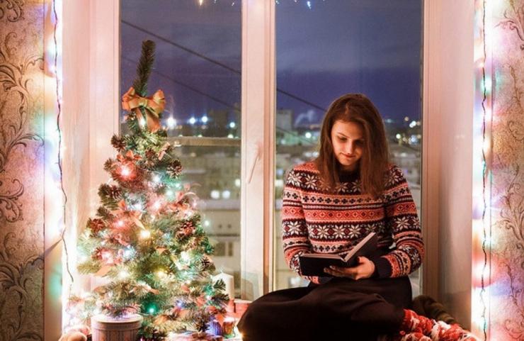 девушка в новогоднюю на на подоконнике