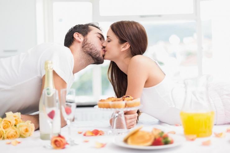 Спонтанный секс как вариант поддержания страсти и избежания привычки в отношениях