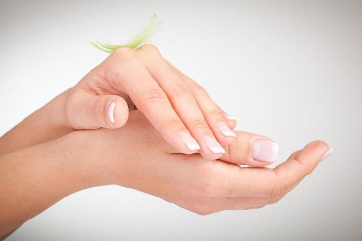 Как защитить ногти и кожу рук от потери влаги