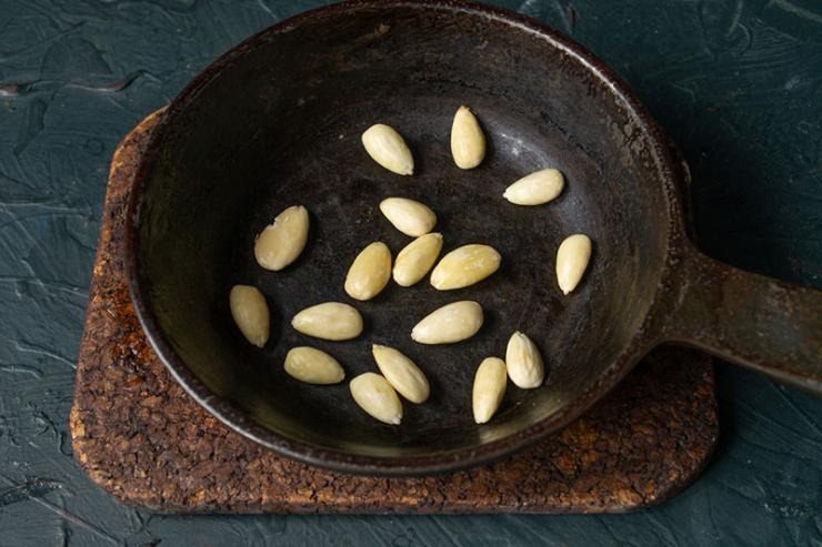 Подсушиваем орехи на сковороде